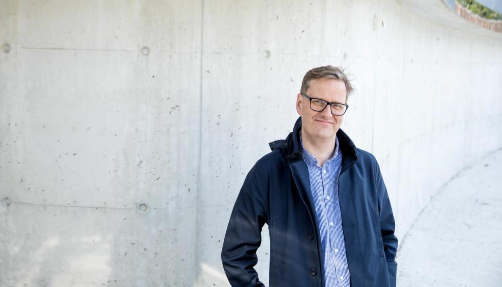 Håvard Haarstad er mest å sjå til fots eller på el-lastesykkel. Geografen studerer korleis byar prøver å bli meir berekraftige. Kva er det som driv fram berekraftstiltaka og kva er det som hindrar byar i å nå målsetjingane sine? (Foto: Eivind Senneset / UiB).