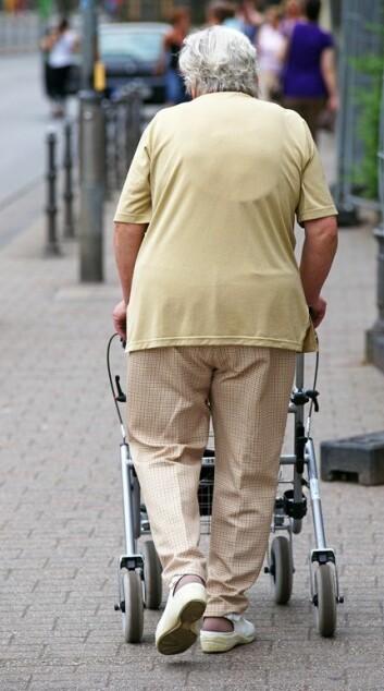 For mange nordmenn blir alderdommen prega av at det er vanskeleg å komme seg ut og rundt. (Foto: Microstock)