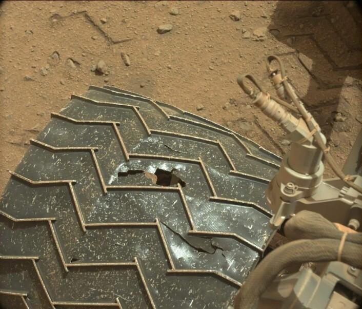 Curiosity har fått skader på hjulene. (Foto: JPL/NASA)