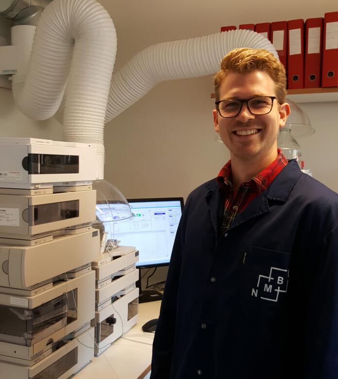Masterstudent i skogfag, Even Vereide, analyserer furuvedekstrakt ved hjelp av kromatografi, på leit etter treets forsvarshemmeligheter. Foto: Cathrine Glosli