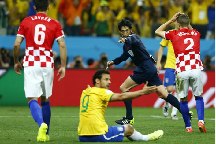 Den japanske dommeren Yuichi Nishimura bør nok legge ferien sin til Brasil, snarere enn Kroatia. (Foto: Murad Sezer, Reuters)