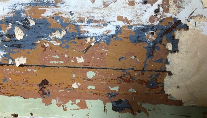 Både fartøy og bygg kan ha hatt flere ulike farger opp gjennom bruksperioden. Foto: NIKU
