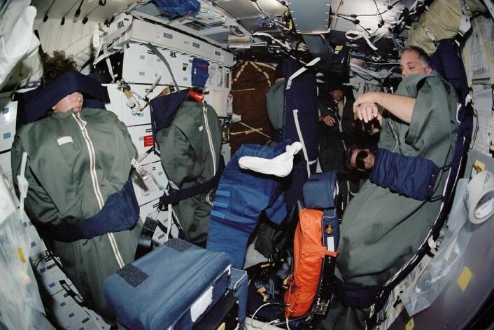 Astronauter sover under spesielle forhold: Tett på hverandre og bundet fast så de ikke skal sveve avgårde i den vektløse tilstanden. (Foto: NASA)