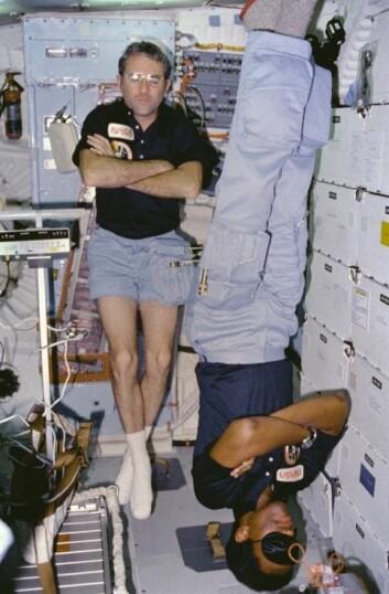 I vektløs tilstand spiller det ingen rolle hva som er opp og ned. Her er to som sover i hver sin retning. (Foto: NASA)