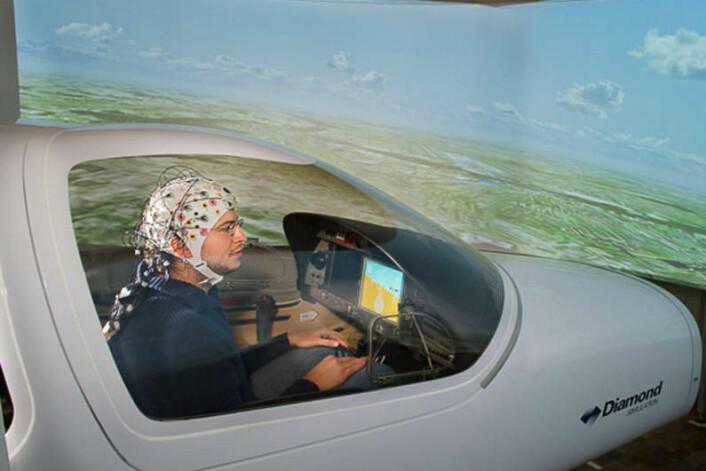 I fremtiden kan det bli mulig for helt vanlige mennesker å styre et fly via hjernens signaler. (Foto: A. Heddergott, TU München)