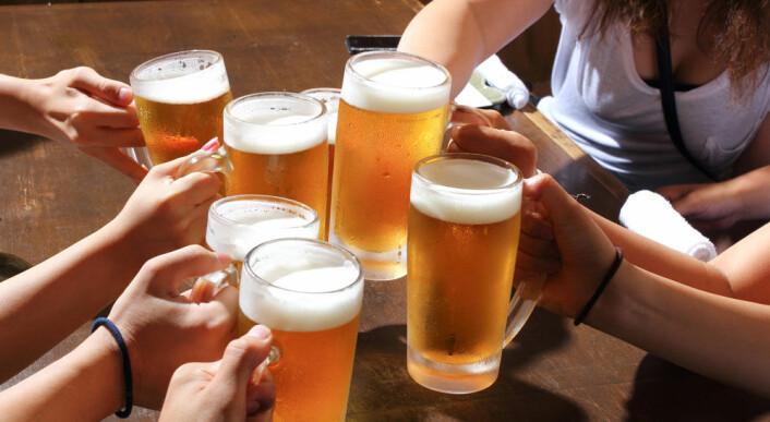 De finske forskerne ble overrasket når de fant ut hvor mye alkohol ungdommene fikk i seg. (Foto: Microstock)