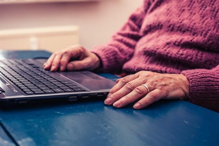 Noen ganger kan eldre mennesker blir ensomme av å bruke teknologiske løsninger, som gjør dem litt for selvhjulpne. Men når teknologiske løsninger er gjennomtenkt, kan de skape sosiale kontakter. (Foto: LoloStock)