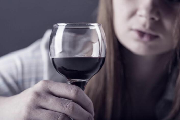 De finske jentene har lettere for å krangle, mobbe og bryte regler når de er fulle, ifølge ny studie. (Foto: Microstock)
