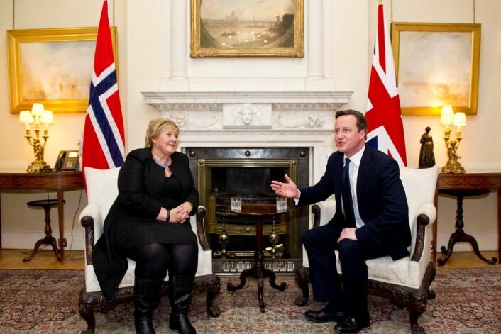 Norske og britiske politikere møtes ikke så ofte som før 1965. Her treffer Erna Solberg David Cameron hjemme hos han i januar i år. (Foto: Reuters)