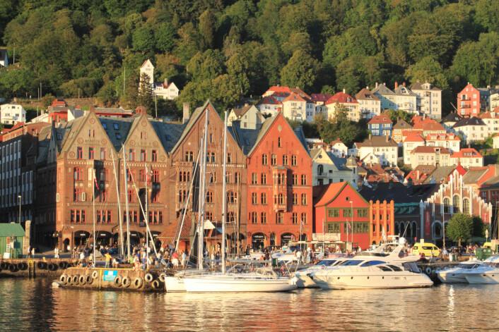 Nedbørsrike Bergen bør være varmere i forhold til omgivelsene enn tørrere Oslo, til tross for at Oslo dekker et større areal og har flere innbyggere. Men fordampningen er bare viktig om dagen, for om natten er det menneskene som står for oppvarmingen. (Foto: Microstock)