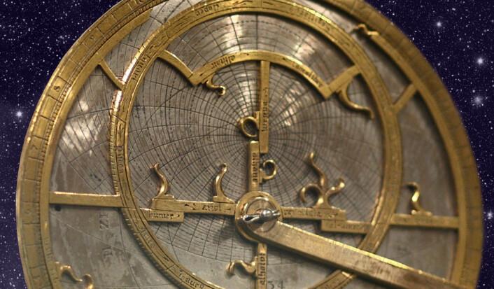 Mekanisk himmelsimulator, astrolab, laget av Jean Fusoris i Paris, ca. 1400. (Foto: Sage Ross, Wikimedia Commons, bearbeidet av forskning.no)