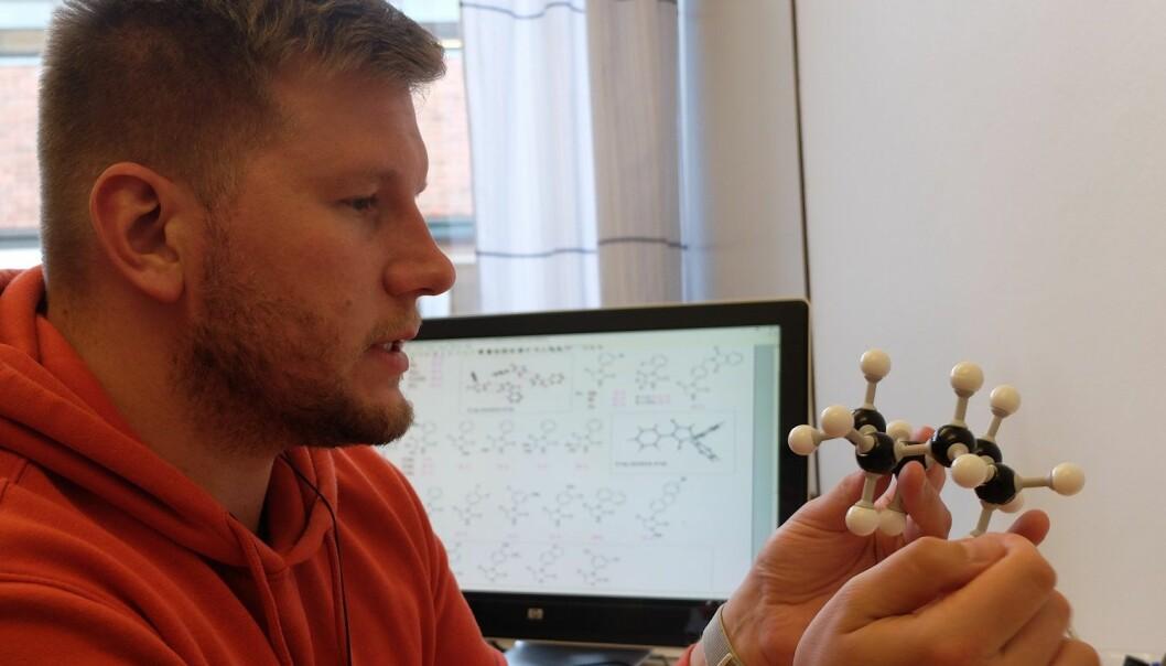 Førsteamanuensis Alexander Sandtorv med en modell av sykloheksan-molekylet. (Foto: Eivind Torgersen / UiO).