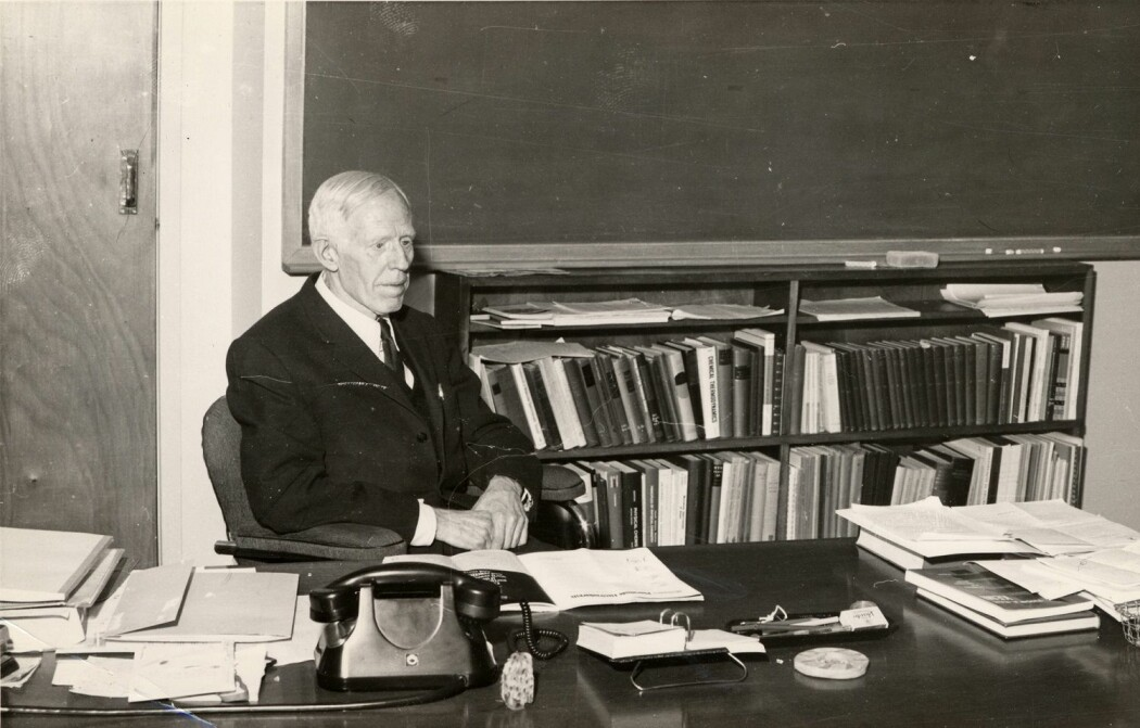 Odd Hassel på kontoret sitt. Han er den eneste «helnorske» nobelprisvinneren innen de klassiske naturvitenskapene. (Foto: Museum for universitets- og vitenskapshistorie).