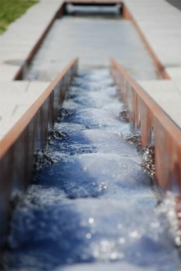 Istedenfor å lappe gamle rør nede i bakken, hva med å lede vannet i åpne kanaler over bakken? (Foto: Bjørbekk & Lindheim)