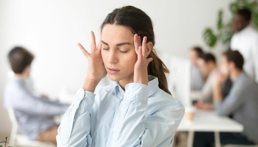 Det å høre stemmer som enten høres ut som de kommer fra inni hodet eller utenfor, er den vanligste formen for psykoselignenede opplevelser. (Foto: fizkes / Shutterstock / NTB scanpix)