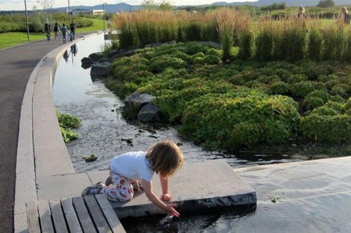 På Fornebu har landskapsarkitekter laget vannsystemer over bakken og i nærheten av en lekeplass, slik at barna også kan ha glede av vannet. (Foto: Bjørbekk & Lindheim)