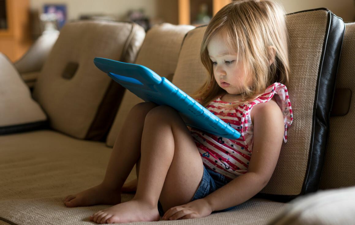 Ifølge den nye studien er hovedproblemet trolig at tid brukt foran skjermer er tid tapt for sosial interaksjon. (Foto: Shutterstock, NTB Scanpix)