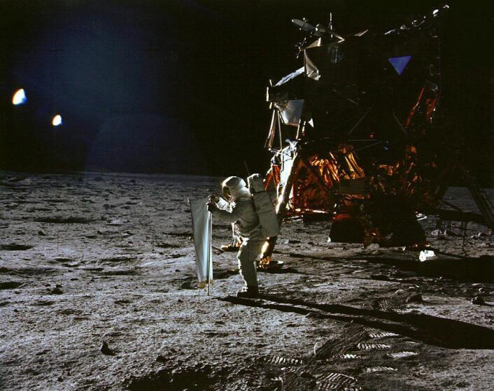 """""""Her bretter Buzz Aldrin ut folien som skal fange opp partikler fra solvinden.(Foto: NASA)"""""""