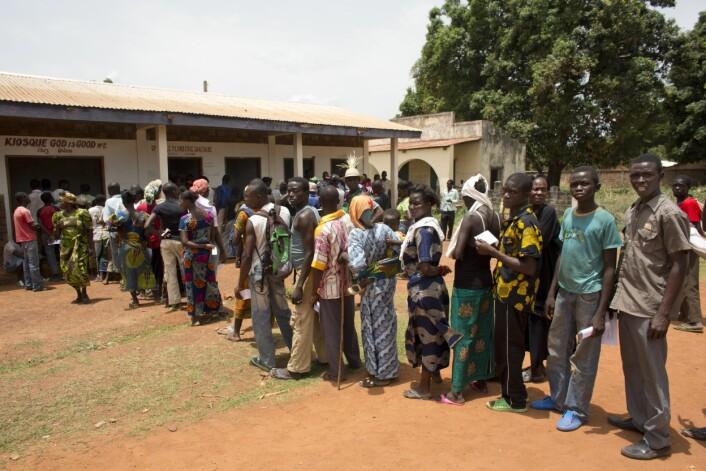 Kø for å delta i frivillig HIV-testing i Den sentralafrikanske republikk (Foto: Tom Koene/Scanpix)