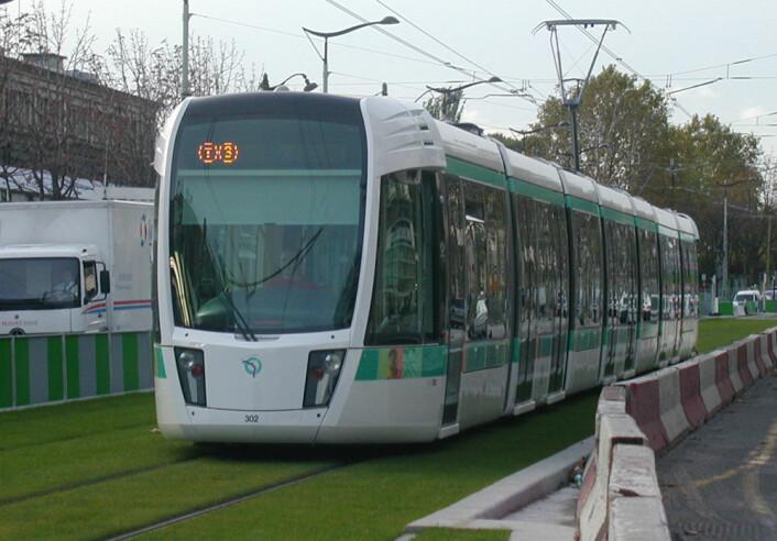 Trikkene som trafikkerer linjen T3 i Paris har superkondensatorer, og kan derfor kjøre deler av strekningen uten luftledninger. (Foto: Gérard Delafond, Wikimedia Commons)