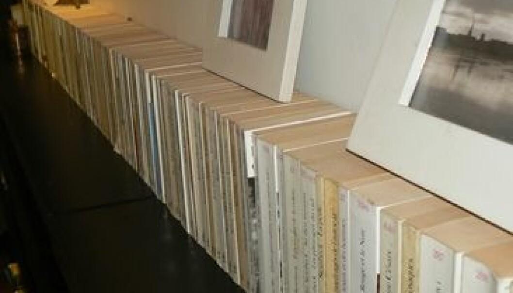 Deborah ble så stresset av fargeblanding i bokhyllen at hun nå har sortert bøkene etter farge og høyde på bokryggene. Men den er plent umulig å finne fram i, ut fra tema eller forfatter. Hun har prioritert estetikk fremfor funksjonalitet. Delphine Deon