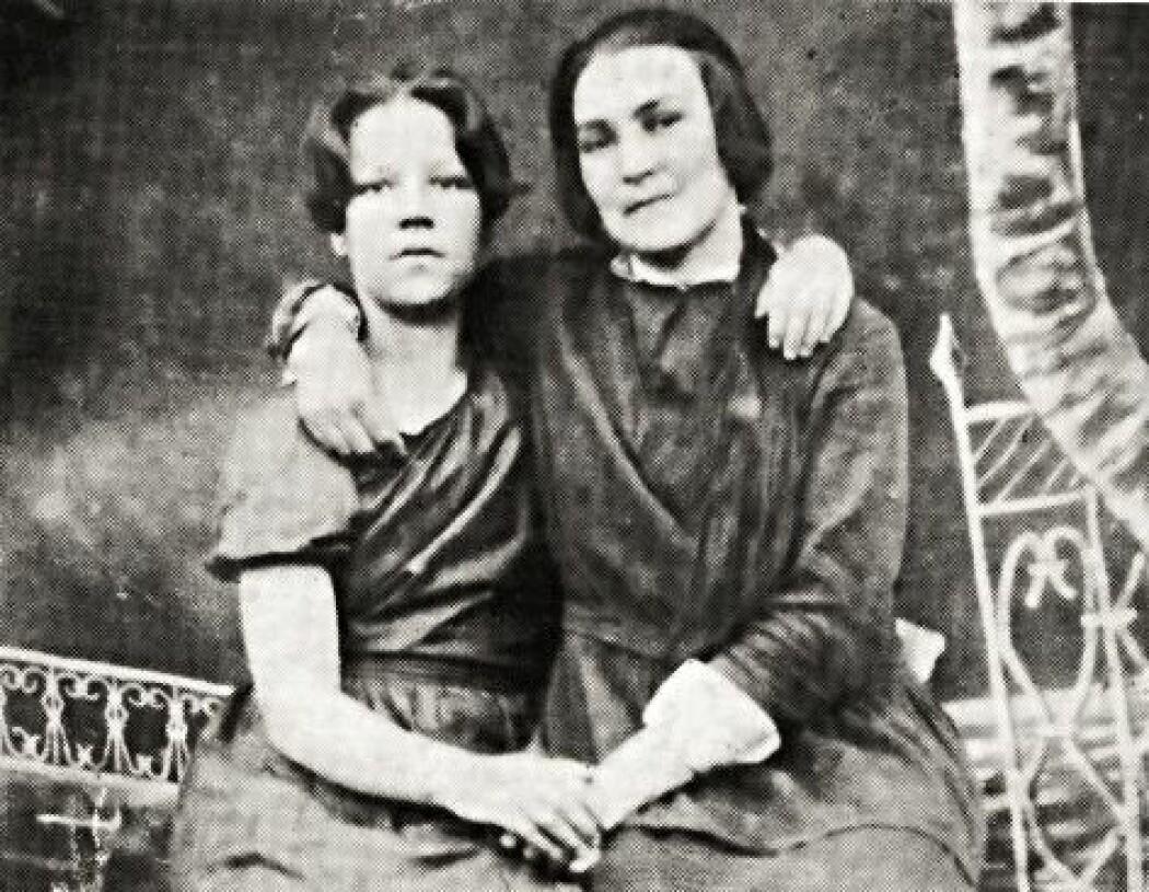 Gudrun Fredriksen (til venstre) var født i 1907 og ble arrestert sammen med sin far. Begge ble skutt. Nå forteller datteren hennes, som også heter Gudrun, en forsker om hvordan hun opplevde grusomhetene mot nordmennene under Stalins terrorregime.