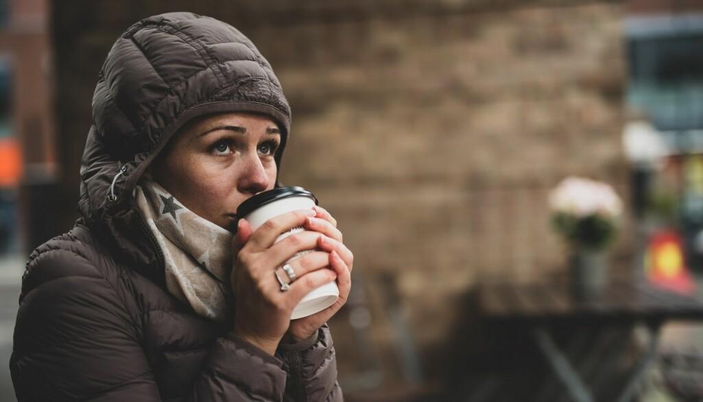 Kald drikke frister på varme dager, mens varm drikke er å foretrekke på kalde dager. Både lys og temperaturer påvirker kjøpsadferden vår, ifølge forskere. (Illustrasjon: GettyImages).
