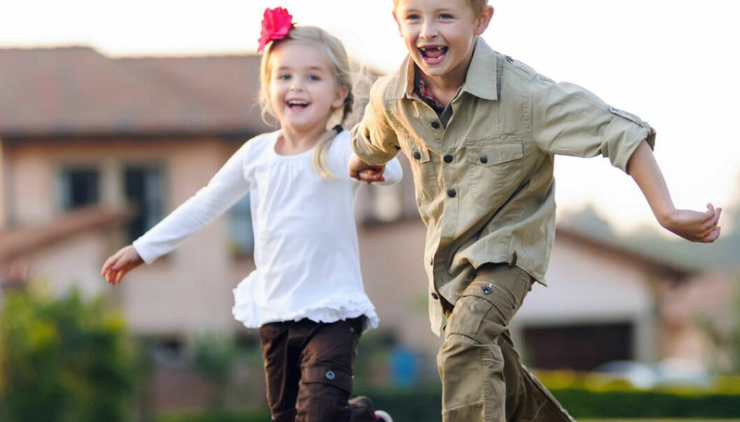 Søsken som leker. Bipolar lidelse er kjent for å debutere i voksen alder. (Illustrasjonsfoto: Microstock)
