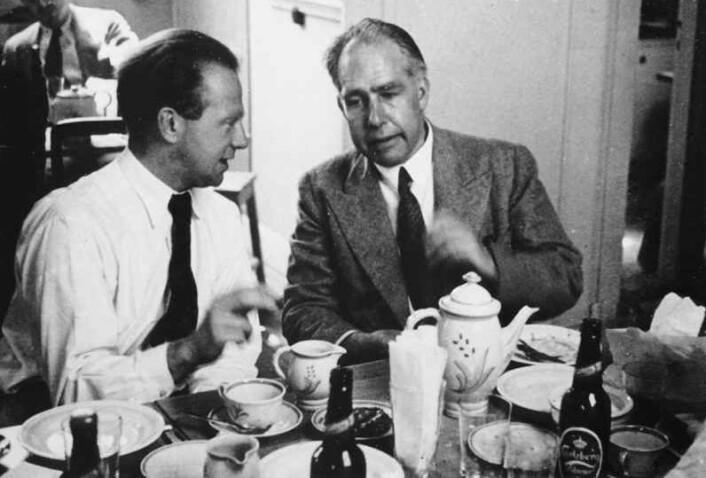 Werner Heisenberg og Niels Bohr med godt dansk drikke i København i 1934. Deres versjon av kvantemekanikken ble kjent som Københavntolkningen senere. Einstein var skeptisk til den iboende usikkerheten som ble tilskrevet kvanteverdenen i denne tolkningen. (Foto: Fermilab, U.S. Department of Energy)