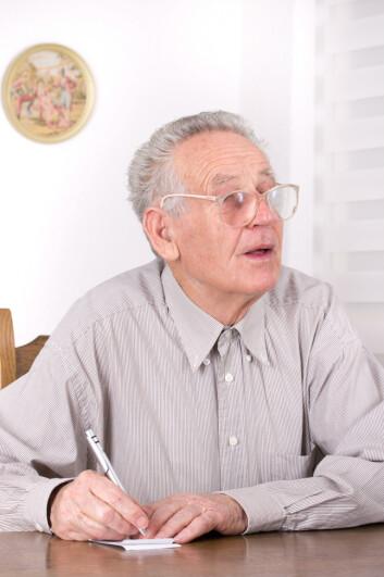 Eldre mennesker med Alzheimers  kan kompensere hullene i hukommelsen sin med huskelapper. Lappene er dermed en del av kognisjonen deres – altså de mentale prosessene som utgjør bevisstheten. (Foto: Microstock)