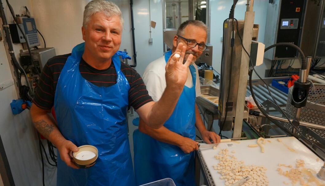 Produktutviklar Åge Lundbrekke hos Ervik Havfiske og forskar Asbjörn Jonsson frå det islandske forskingsinstituttet Matís skjer opp kvitfiskpølse som skal bli hermetisert kattemat. Prosessane skal automatiserast etter kvart. (Foto: Ervik Havfiske)