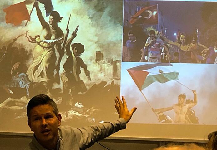 «Friheten leder folket» ble malt av Eugene Delacroix i 1830. Det franske nasjonalsymbolet Marianne personifiserer revolusjonen. De to andre bildene er fra opprør i Tyrkia og blant palestinere. Symbolikk er viktig i alle revolusjoner, mener den britiske forskeren George Lawson. (Foto: Bård Amundsen/forskning.no)