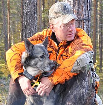 Professor Jon Martin Arnemo er selv en ivrig elgjeger. Her med elghunden Varga. (Foto: privat)