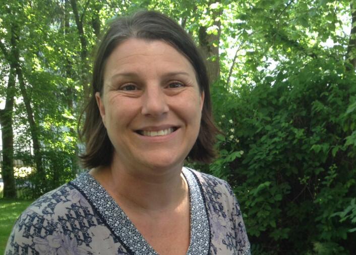 Alexandra Brewis Slade forsker på stigmatisering av mennesker med fedme. Her er hun i hagen utenfor Det Norske Videnskaps-Akademi. (Foto: Ingrid Spilde)