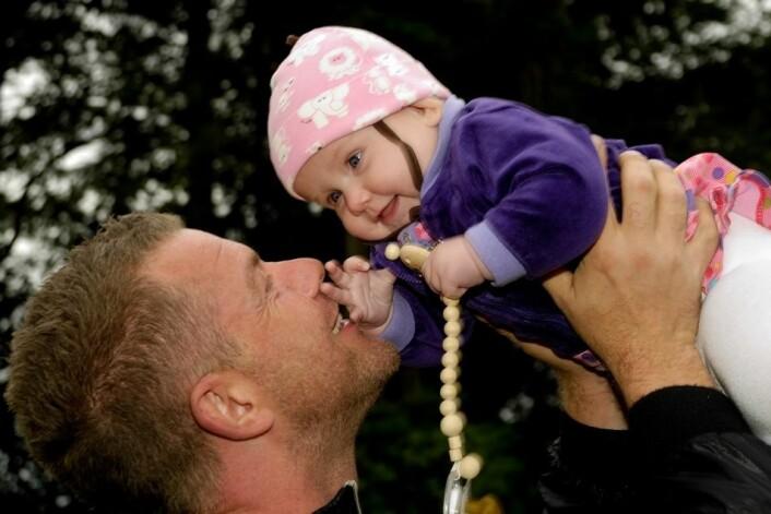 Fars tid med barnet i første leveår påvirker barnets utvikling, derfor er pappapermisjon viktig, mener forsker. (Foto: Colourbox)