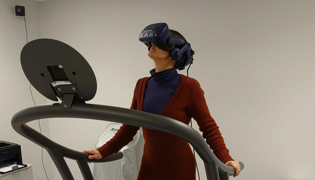 Virtuell virkelighet, forkortet til VR, er en illusjon, som ved hjelp av ulike typer informasjonsteknologi, gir brukeren en opplevelse av å befinne seg på et annet, oppdiktet eller virkelig sted. (Foto: HINN)