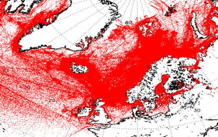 Hver rød prikk representerer et AIS-signal fra et skip. Langs kysten nord for Tyskland er det hvitt. Det betyr ikke at farvannet er tomt, men at det er så mange samtidige signaler at mottakeren ikke klarer å skille dem. Dette er imidlertid ikke noe stort problem i nordområdene, som AISSat 1 og 2 først og fremst skal overvåke. (Foto: (Figur: Forsvarets Forskningsinstitutt))