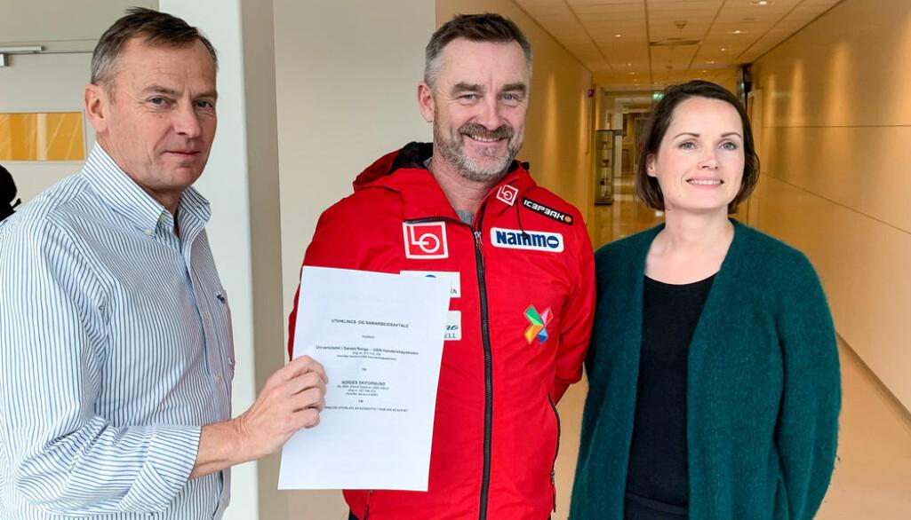 F.v. Dekan Hans Anton Stubberud, sportssjef Clas Brede Bråthen og visedekan Therese Dille med ny avtale. (Foto: Nils A. Kalve / USN).