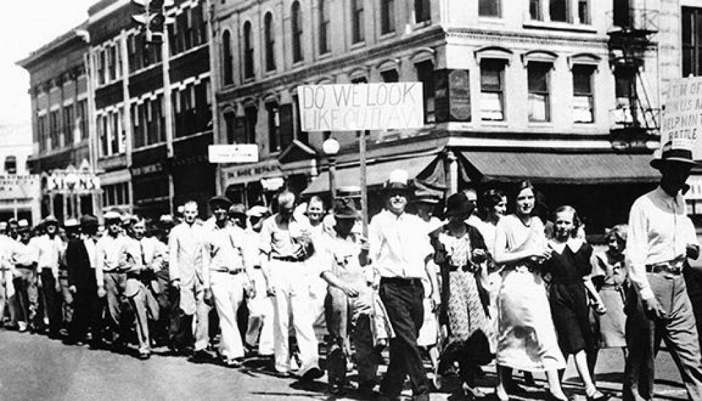 Medlemmer av fagforeningen United Textile workers of America marsjerer gjennom gatene I Macon, Georgia 3. september 1934, i oppkjøringen til generalstreiken som skulle holdes tirsdag 4. september.