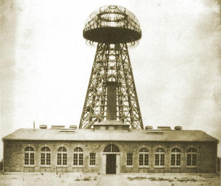 Wardenclyffe Tower på Long Island, fotografert i 1904, fire år før det stengte på grunn av pengemangel. Tårnet skulle realisere Nikola Teslas drøm om å overføre energi og informasjon trådløst. (Foto: Life Time/Wikimedia Commons)