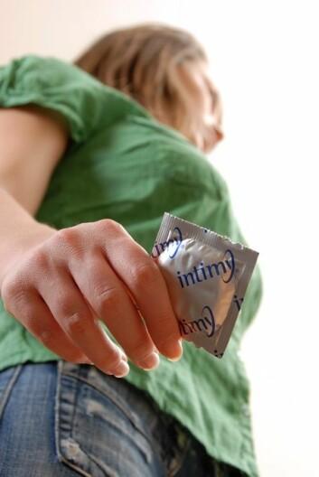 Jenter har fortsatt sex med kondom, selv om de har fått en vaksine som forebygger smitte med HPV-viruset, som overføres seksuelt. (Foto: Microstock)