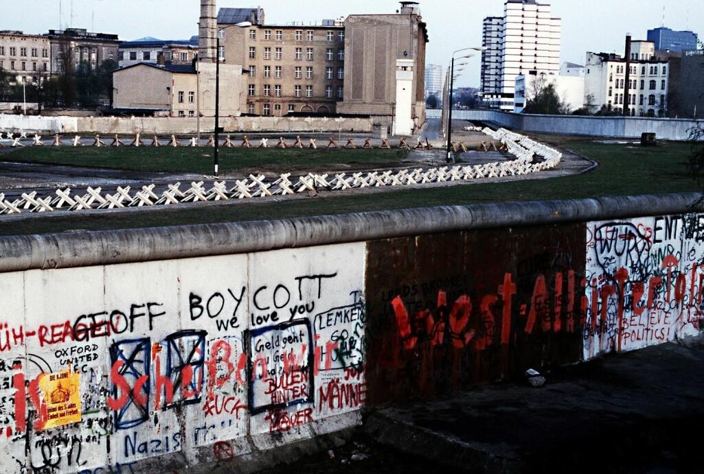 Berlinmuren ble reist av myndighetene i Øst-Tyskland fra 13. august 1961 tvers gjennom Berlin mellom det daværende Øst-Berlin og Vest-Berlin. (Foto: Everett Historical / Shutterstock / NTB scanpix)