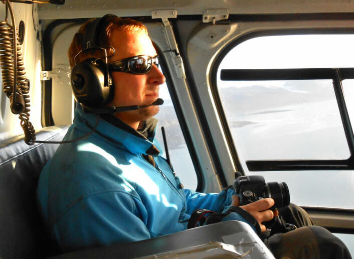 Christopher Nuth med kamera i helikopter over Kronebreen, klar for å gjøre opptak av nye kalvinger. (Foto: Universitetet i Oslo)
