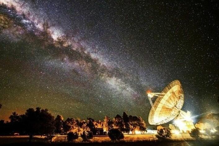 Her ser det ut som om Melkeveien har retta seg etter det enorme radioteleskopet Parkes Observatory i Australia. (Foto: Wayne England)