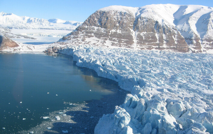 Kronebreen ligger om lag 100 kilometer nordvest for Longyearbyen. Den kalver direkte ut i havet, i likhet med litt under halvparten av alle verdens breer. Derfor er det viktig å kjenne til hvor ofte breer kalver for å kunne beregne hvordan havnivået vil stige i framtida. (Foto: Christopher Nuth, Universitetet i Oslo)