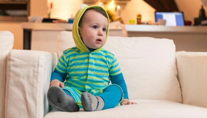 Småbarn bør få hjelp av foreldre til å skjønne hva de ser, ifølge de amerikanske skjermanbefalingene. (Foto: Colourbox)