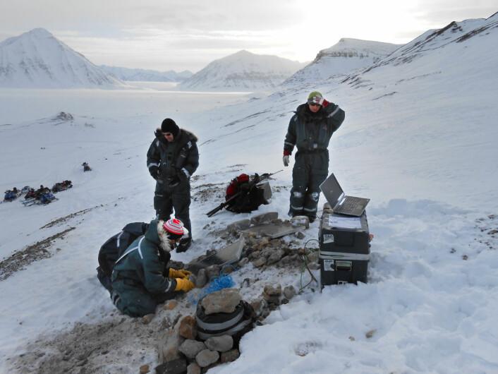 Andreas Köhler og Christopher Nuth med kolleger installerer midlertidige seismiske måleinstrumenter på Kronebreen i 2013. (Foto: Christopher Nuth, Universitetet i Oslo)