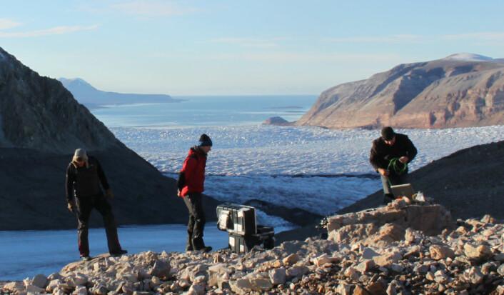 De midlertidige seismiske målerne som ble satt opp på Kronebreen i 2013 var starten på prosjekt Seismoglac, som skal bruke seismiske målinger til å gi bedre teoretiske modeller for hvordan isbreer reagerer på klimaendringene. (Foto: Christopher Nuth, Universitetet i Oslo)
