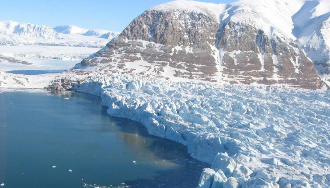 Kronebreen ligger om lag 100 kilometer nordvest for Longyearbyen. Den kalver direkte ut i havet, i likhet med litt under halvparten av alle verdens breer. Derfor er det viktig å kjenne til hvor ofte breer kalver for å kunne beregne hvordan havnivået vil stige i framtida. Christopher Nuth, Universitetet i Oslo