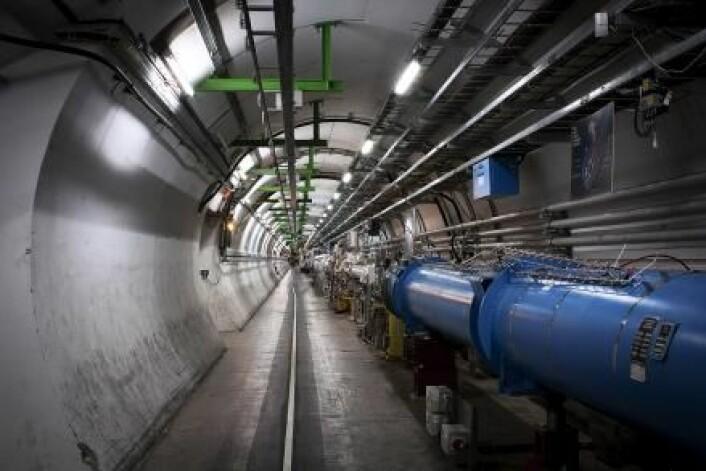 LHC-tunnelen løper 27 kilometer under jorden og krysser tre landegrenser. LHC står for Large Hadron Collider. Large, fordi det er verdens største partikkelakselerator; Hadron, fordi den akselererer protoner og ioner, som begge er hadroner; Collider, fordi partiklene blir ledet rundt i to motsattrettede stråler, slik at de kan kollidere. (Foto: Kristian Secher)